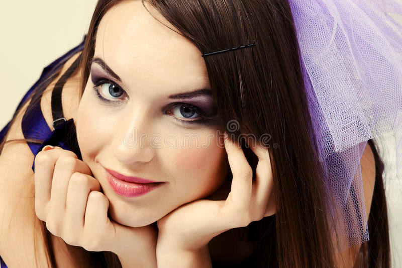Verticale un beau jeune femme photo libre de droits