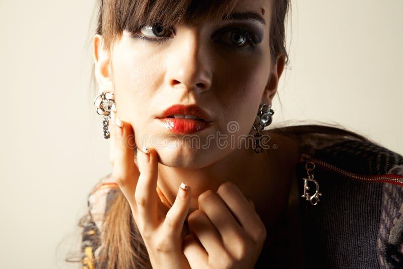 Verticale un beau jeune femme images stock