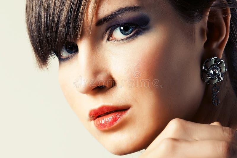 Verticale un beau jeune femme photo stock