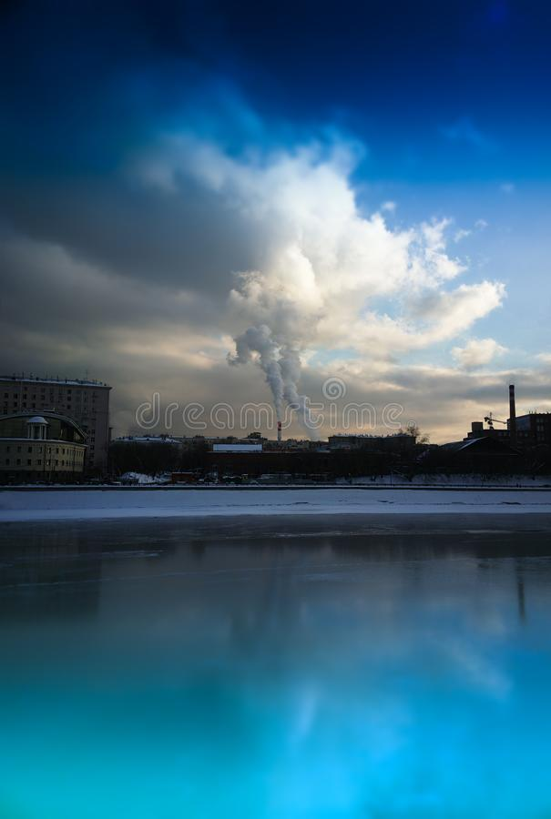Verticale van de de stadsrivier van Moskou de verontreinigingsachtergrond stock foto's