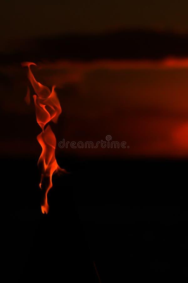 Download Verticale Vlam Van Toorts Met Zonsondergangachtergrond Stock Foto - Afbeelding bestaande uit sinaasappel, burning: 107703652