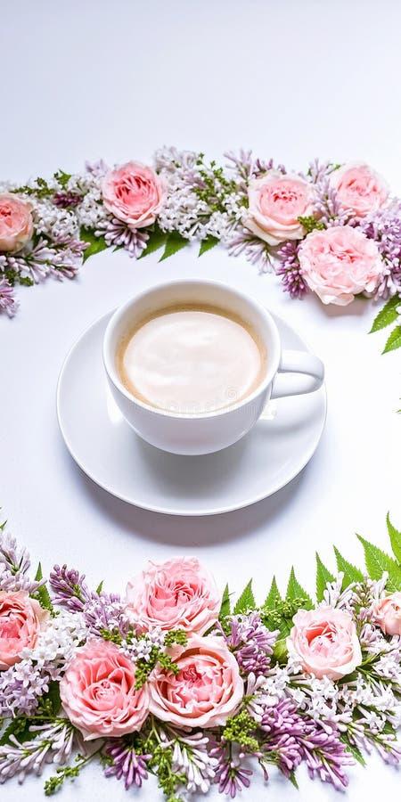 Verticale Webbanner Kader van bloemen: nam, sering, lijsterbessenbladeren en kopkoffie op een witte achtergrond toe Bloemen patro stock fotografie