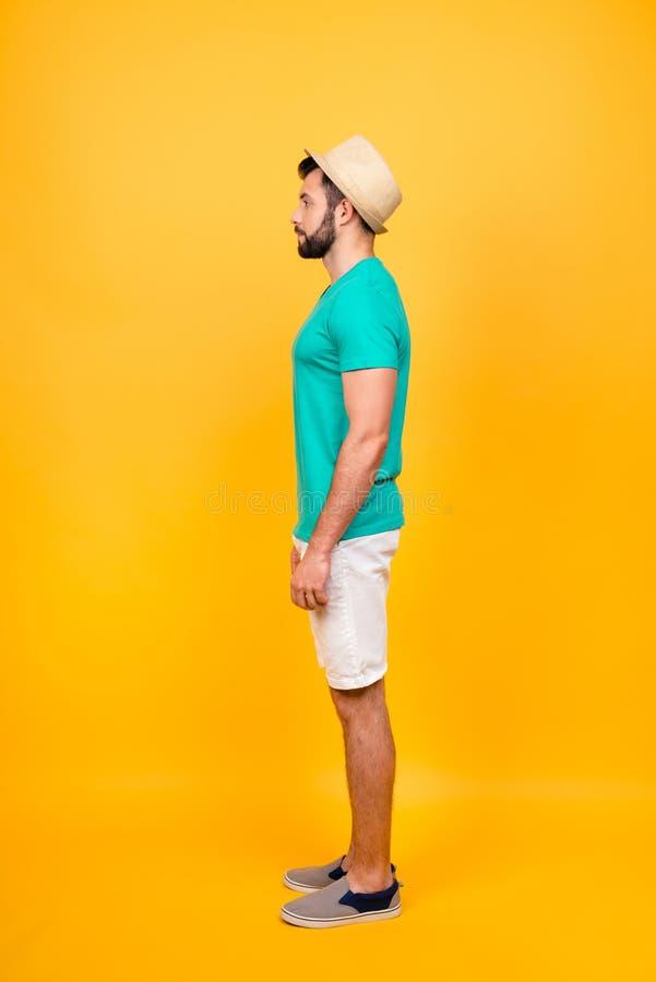 Verticale zijprofielmening van mannelijk onverwacht die model op helder wordt geïsoleerd royalty-vrije stock foto