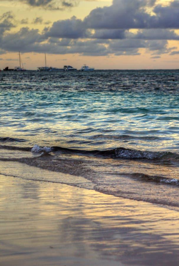 Verticale zonsondergang op tropisch strand royalty-vrije stock afbeeldingen