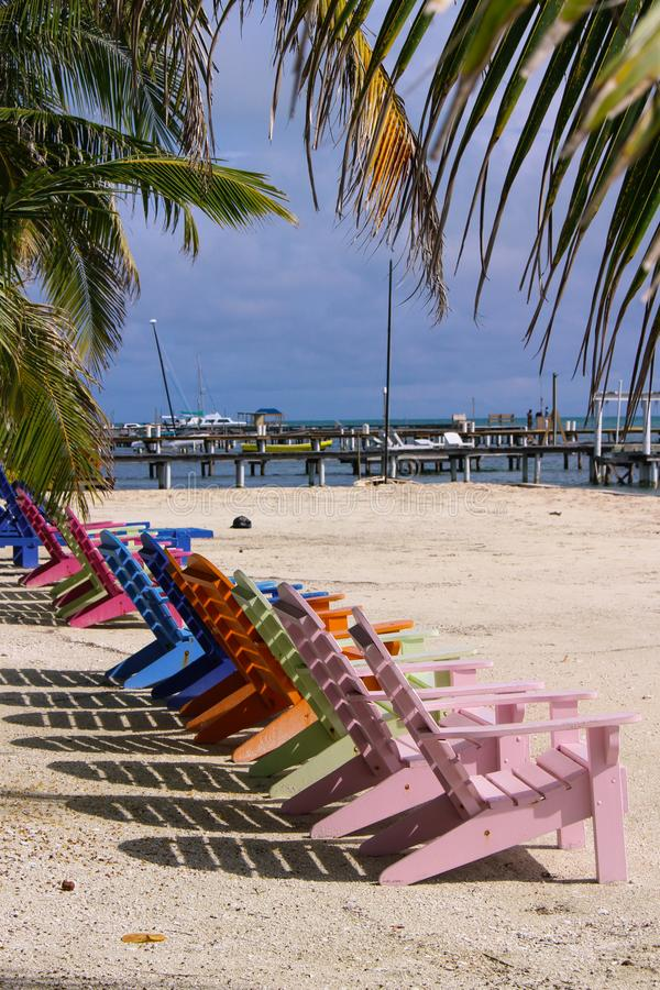 A verticalement tiré la rangée des chaises de plage colorées photo stock