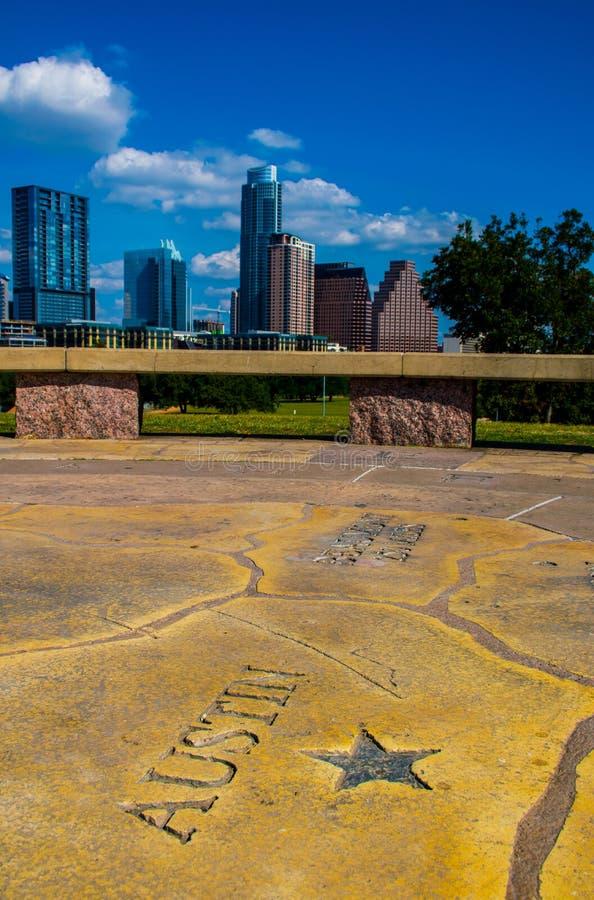 Verticle Austin Texas Capital City Historic Skyline com Austonian novo e o céu perfeito do nuvem e o azul foto de stock royalty free