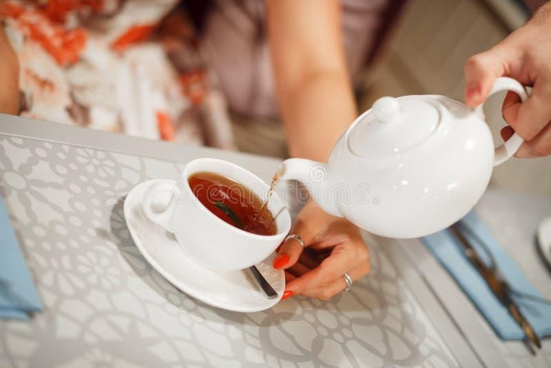 Vertido en una taza de t? fotografía de archivo