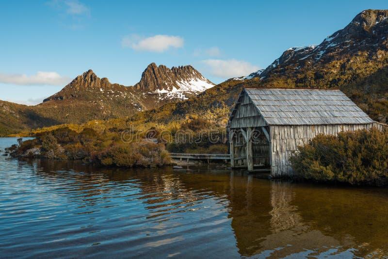 Vertiente del barco situada en el lago dove en la montaña de la cuna y el parque nacional de StClair del lago de estado de Tasman imagenes de archivo