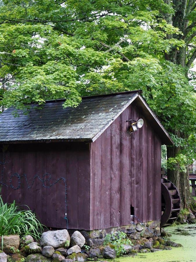 Vertiente rústica simple del molino del país de Brown fotografía de archivo libre de regalías