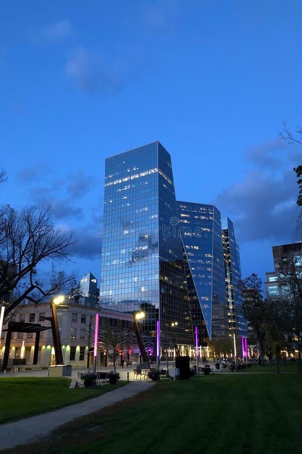Vertikal av Regina, Kanadas centrum på natten royaltyfri fotografi