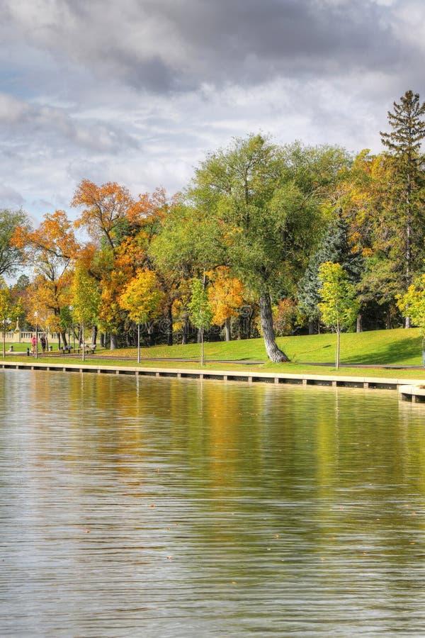 Vertikal av Wascana Lake i Regina, Kanada royaltyfri foto