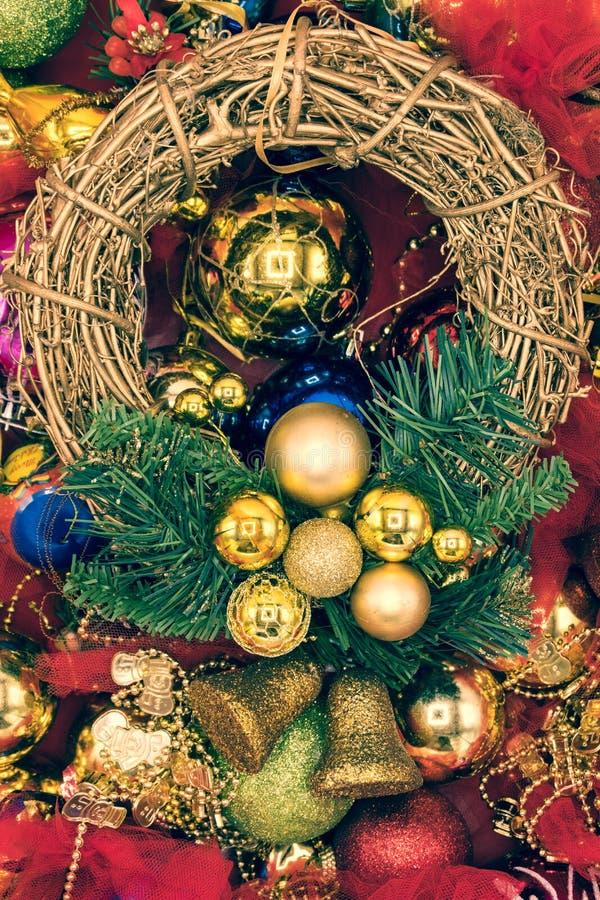 Vertikal bild av julkransen och bollar arkivfoton