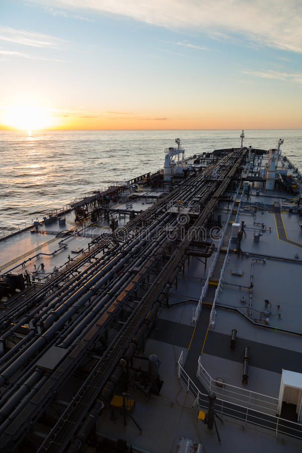Vertikal bildoljetanker i havet när solnedgång royaltyfria foton