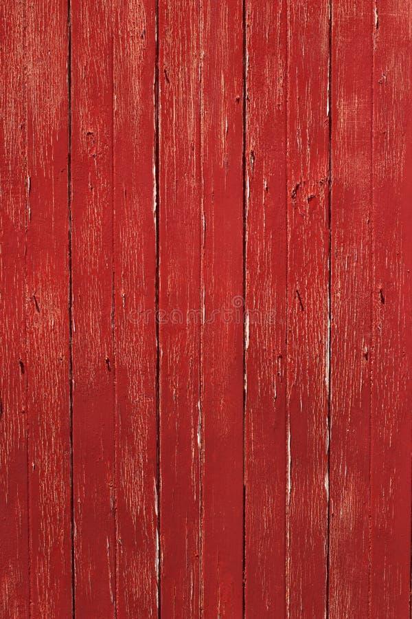 Vertikal lantlig röd timmerdörr fotografering för bildbyråer