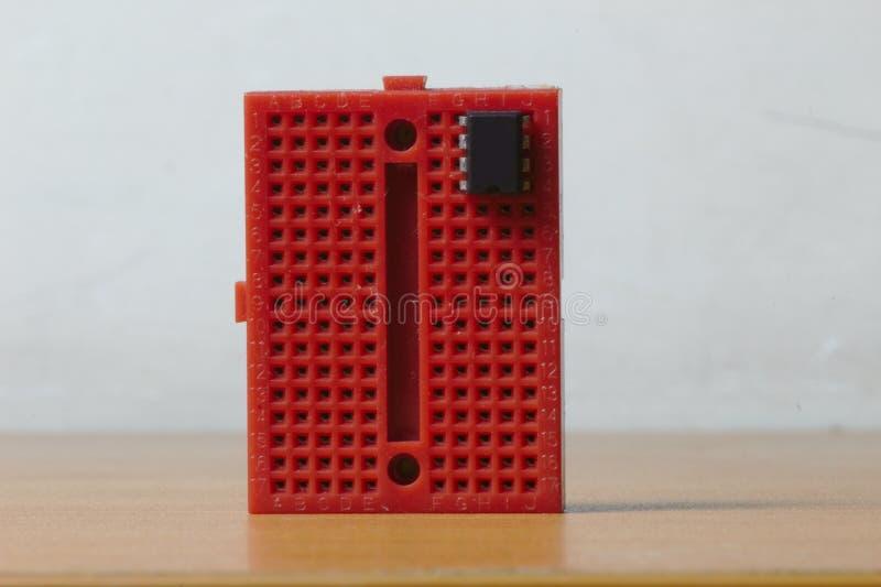 Vertikal röd protoboard med en IC chip royaltyfria bilder