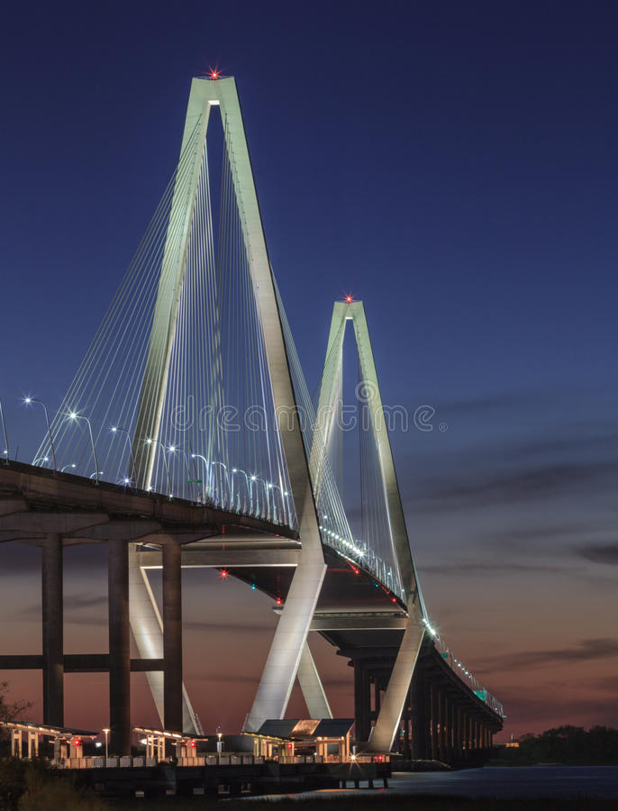 Vertikal Ravenel bro Charleston South Carolina arkivfoto