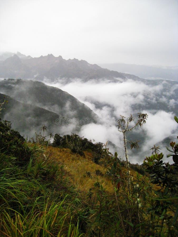 Vertikal sikt av Anderna med låga moln arkivfoto
