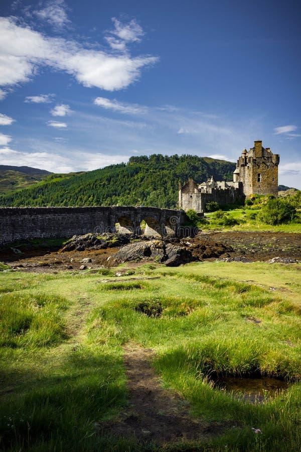 Vertikal sikt av Eilean Donan Castle royaltyfri bild