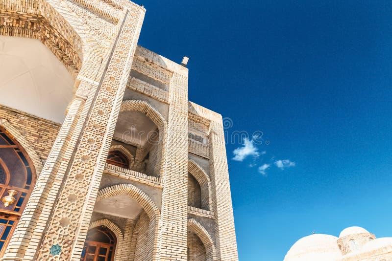 _vertikal sikt av en gammal tegelsten byggnad Forntida byggnader av medeltida Asien Bukhara Uzbekistan royaltyfria foton