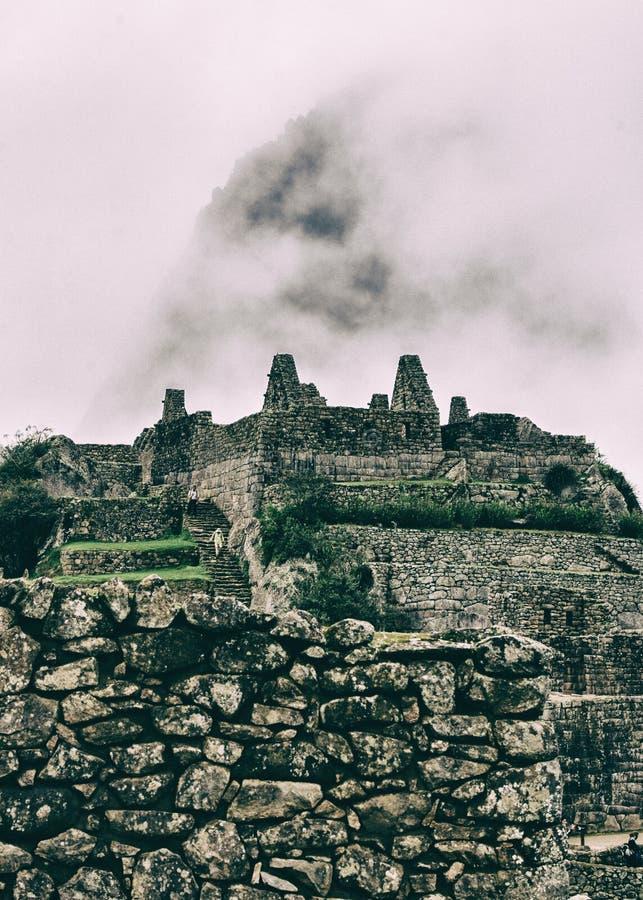 Vertikal sikt av en stenstad som är borttappad i natur arkivfoto
