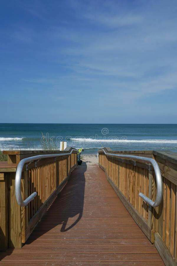 Vertikal sikt av en tom träbana till stranden arkivfoton