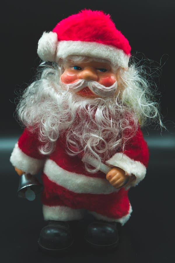 Vertikal sikt av Santa Claus på svart royaltyfria foton