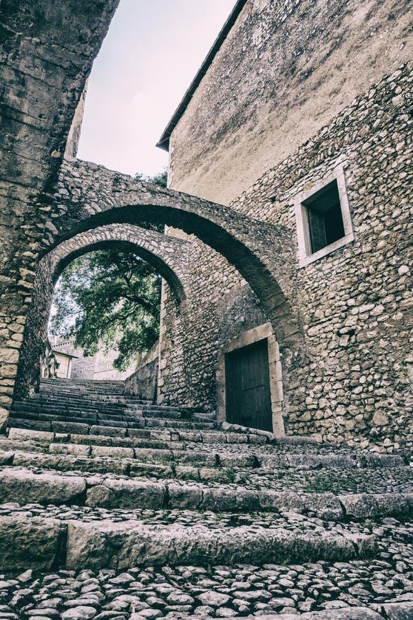 Vertikal sikt av trappa och väggar av en slott med vit himmelbakgrund arkivbild
