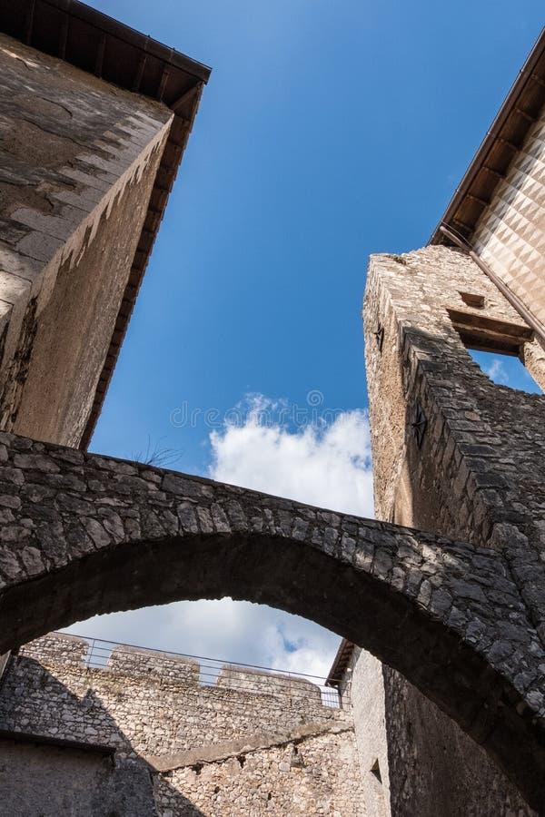 Vertikal sikt för låg vinkel av bågar av en medeltida slott med bakgrund för blå himmel arkivfoto