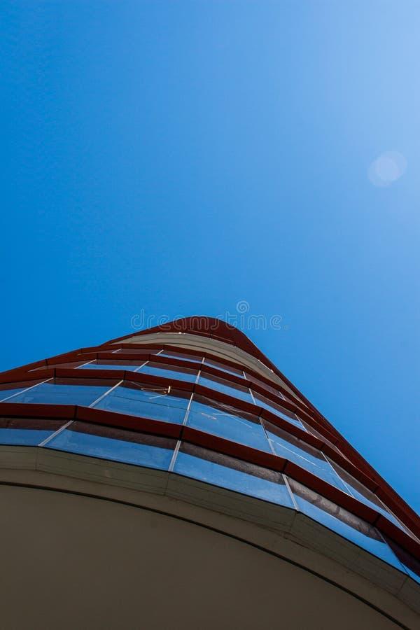 Vertikal sikt för låg vinkel av en rundad företags byggnadsfasad royaltyfria foton