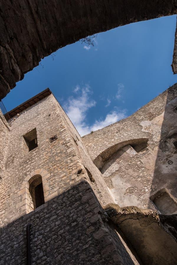 Vertikal sikt för låg vinkel av ett torn av den medeltida slotten med bakgrund för blå himmel arkivbild