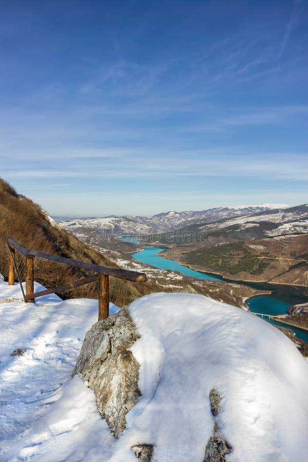 Vertikal sikt på att slingra Zavoj sjön royaltyfria bilder