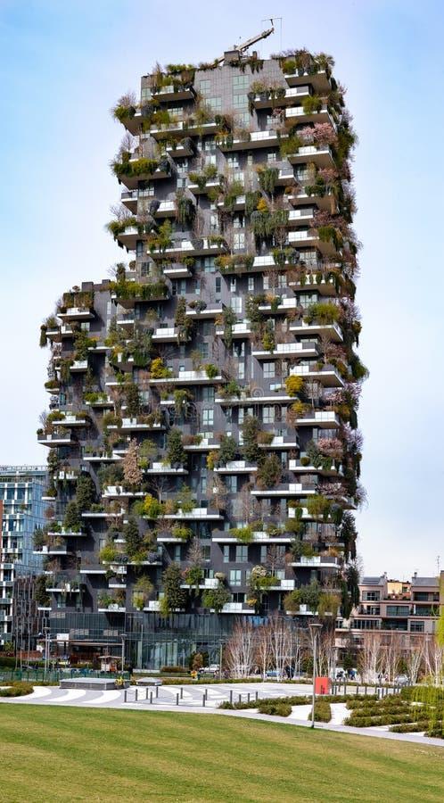 Vertikal skog, eco-vänskapsmatch skyskrapor i Milan, Italien royaltyfria bilder