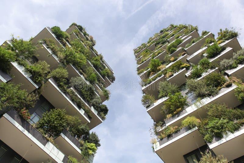 Vertikal skogbyggnad kallade Bosco verticale i italienare, Milan, Italien arkivbilder