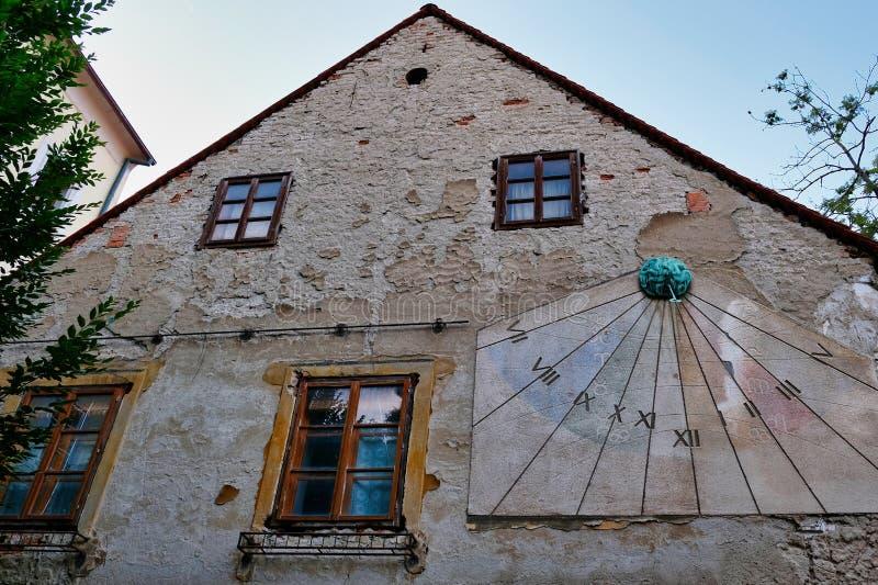 Vertikal solvisartavla på gammal byggnad, Zagreb, Kroatien arkivfoto
