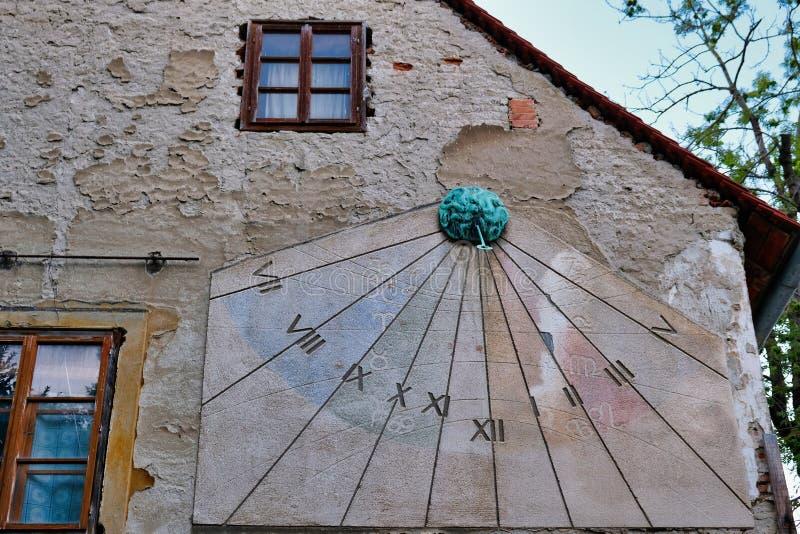 Vertikal solvisartavla på gammal byggnad, Zagreb, Kroatien arkivfoton