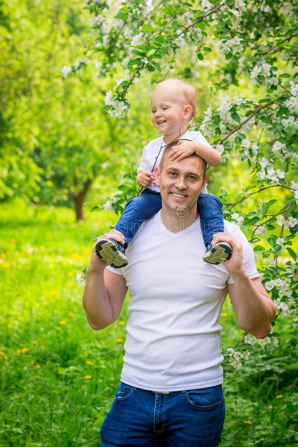 Vertikal stående av en lycklig fader med en ung son royaltyfri fotografi