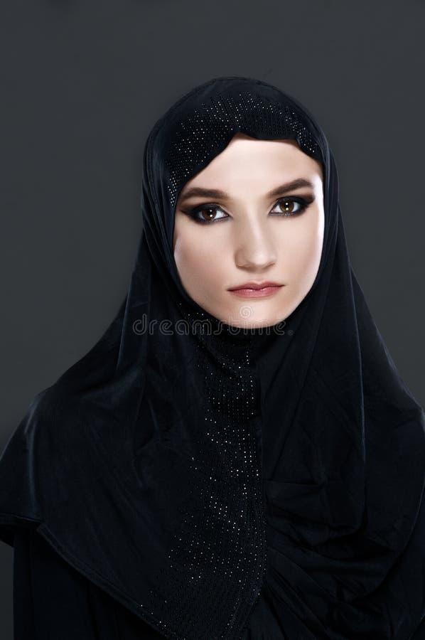 Vertikal stående av en muslimsk kvinna i traditionell kläder fotografering för bildbyråer