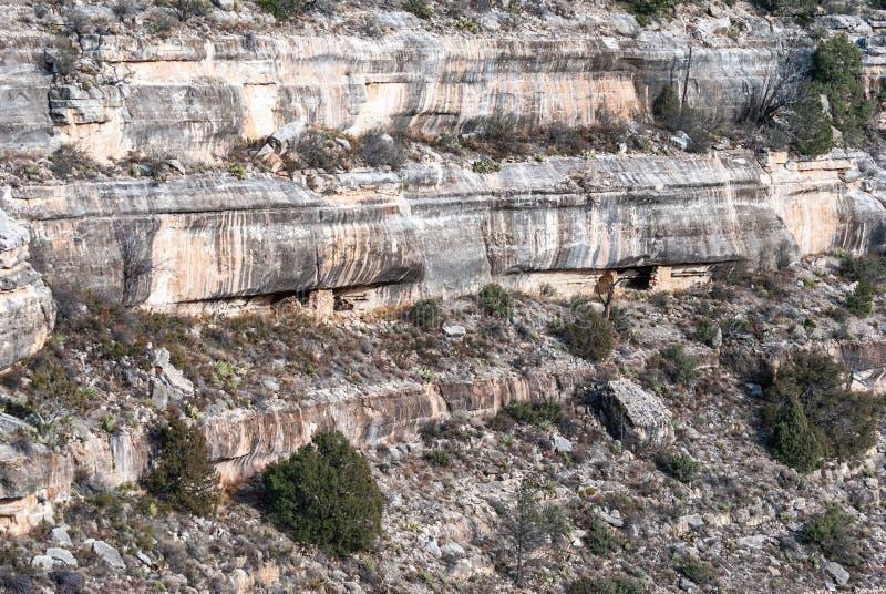 Vertikal vägg med klippaboningar i nationell monument för valnötkanjon i Arizona arkivbild