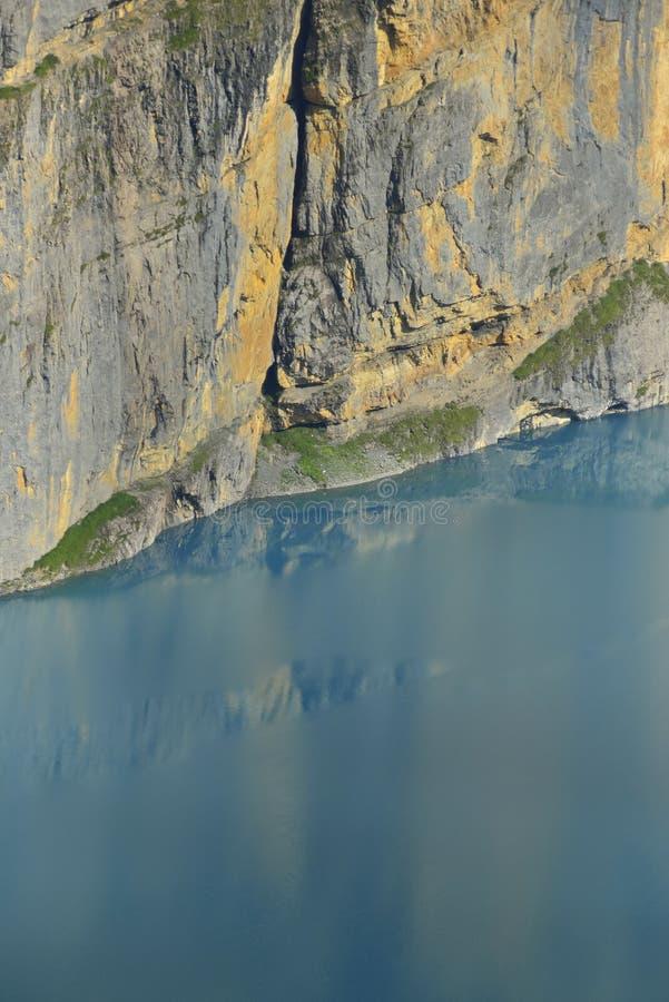 Vertikal vägg och Oeschinensee Kandersteg Berner Oberland switzerland fotografering för bildbyråer