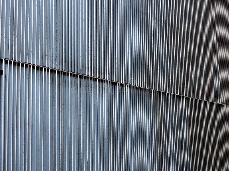 Vertikala korrugeringar på den byggande väggen, abstrakt modell arkivbilder