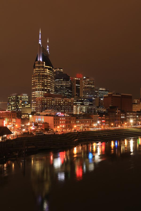Vertikala Nashville, Tennessee centrum på natten royaltyfri foto