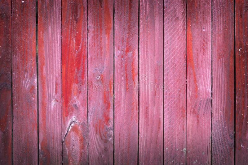 Vertikala plankor av röda målade slitna plankor på staketet eller dörr fotografering för bildbyråer
