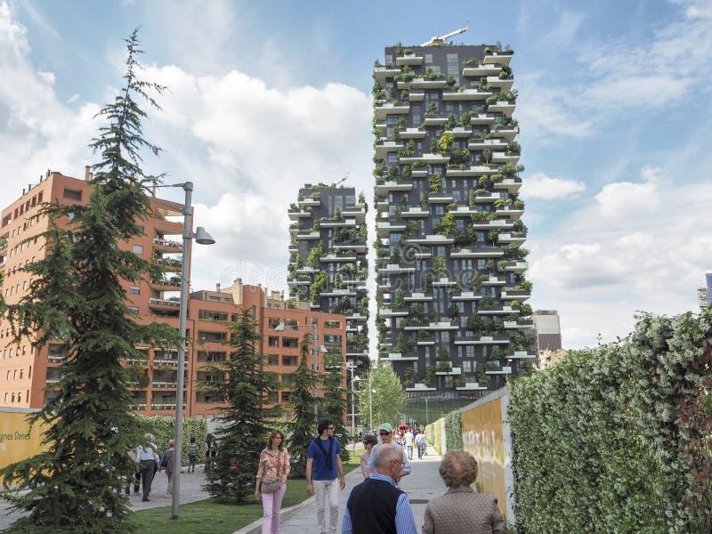 Vertikala skogbyggnader i Milan royaltyfri fotografi