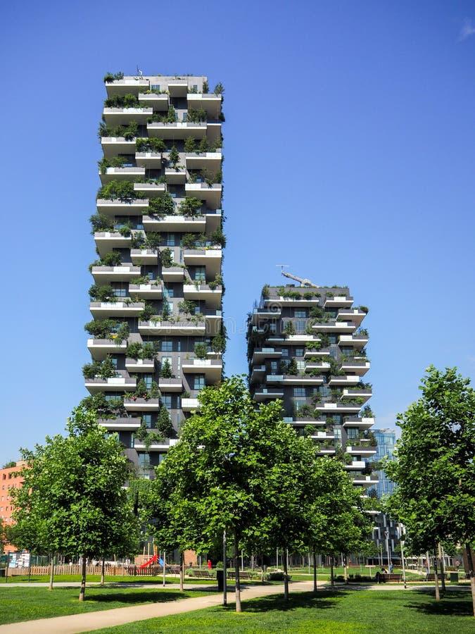 Vertikala skogbyggnader i Milan, Maj 2015 arkivfoton