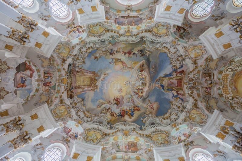 Vertikale Ansicht der Decke in der Pilgerfahrt-Kirche von Wies lizenzfreie stockbilder