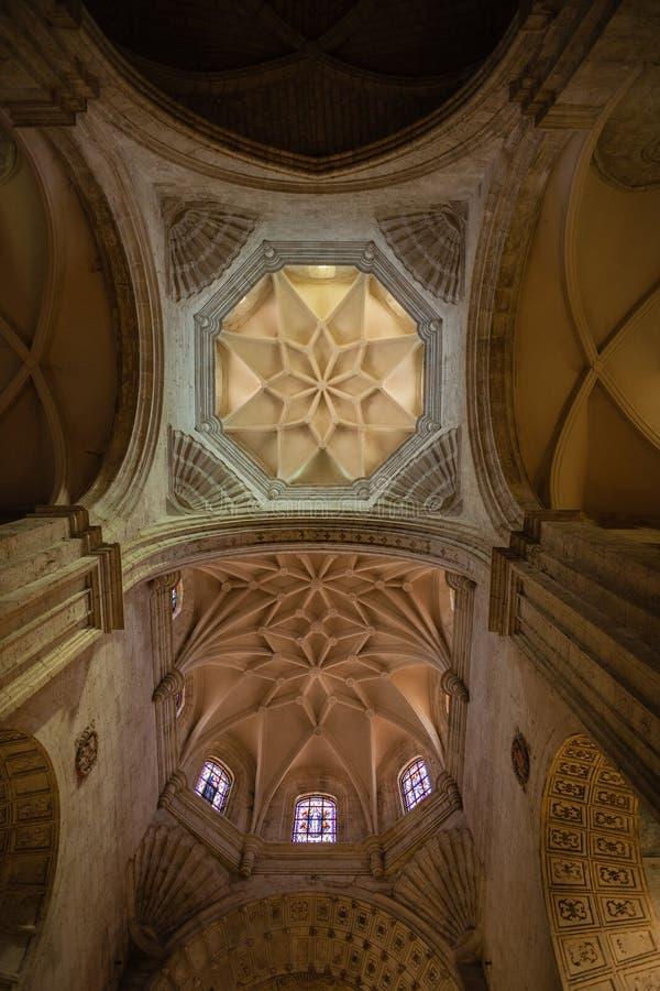 Vertikale Ansicht der oberen archs, der Hauben und der architektonischen Gestaltung stockfotografie