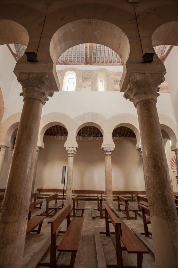 Vertikale Ansicht des feinen mozarabic Säulengangs stockbild
