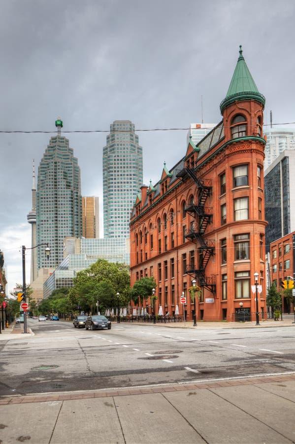 Vertikale Ansicht des Plätteisengebäudes in Toronto, Kanada lizenzfreie stockfotografie