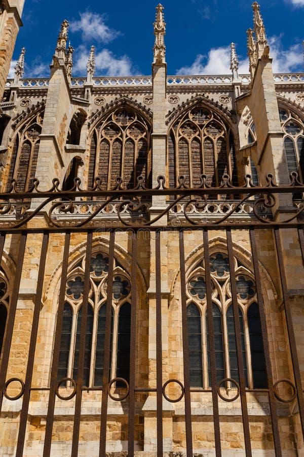 Vertikale Ansicht des Strebewerks in der Kathedrale von Leon Spai lizenzfreie stockfotos