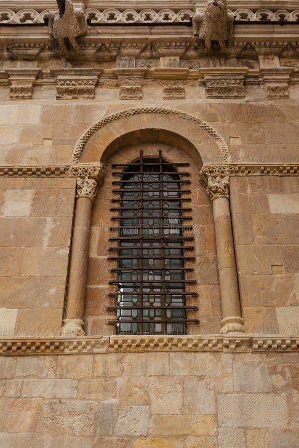 Vertikale Ansicht des vorzüglichen Romanesquefensters in chur Sans Isidoro stockbild